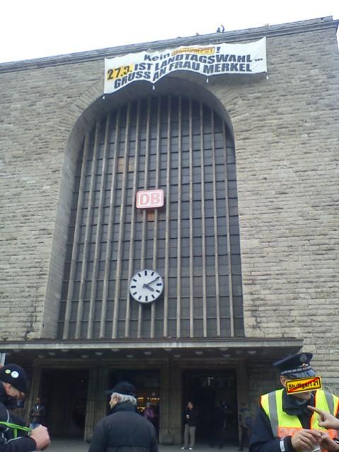 Aktivisten entrollen Banner auf Bahnhofsdach